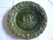 Assiette barbotine verte decor d'anges Digoin