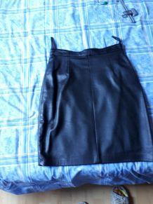Petite Jupe noire en cuir  doublée en 38