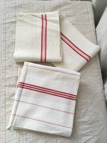 Trois torchons anciens en lin en rouge et blanc.,r