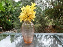 Vase en verre rose
