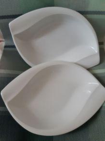 2 assiettes en porcelaine blanche, forme ovale