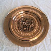 Assiette cuivre verni murale scène de vie
