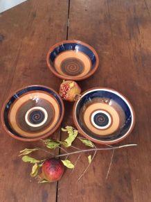 Trois coupelles en terre cuite vernissée en bleu et brun.