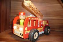 Camion de pompier en bois avec personnage