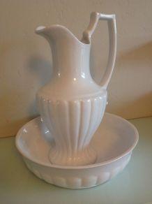 Anciens broc et vasque de toilette en ceramique blanche styl