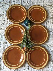 Six grandes assiettes plates en terre cuite bicolore.