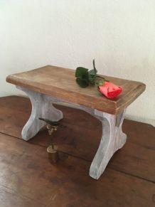 Petit banc en bois bicolore biseauté.