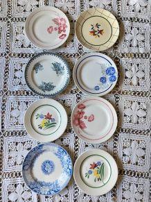 Huit assiettes dessert fleuries en vert,rouge et bleu.