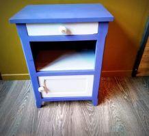 Le meuble aux poignées bleues