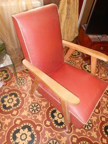 Lot de 2 fauteuils en skai couleur corail et bois