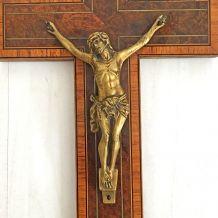 Crucifix ancien en laiton et marqueterie