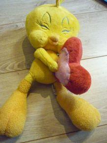 Peluche Titi avec un coeur rouge