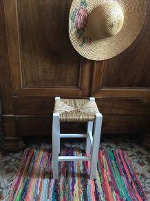 Tabouret en bois à l assise paillée carrée.