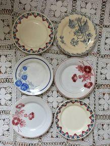 Six assiettes plates dépareillées en rouge et bleu.