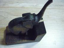 Eléphant en bois sur socle en bois.
