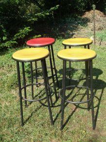 Suite de 4 tabourets de bar en bois coloré et métal noir