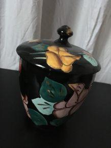 Pot Vallauris aux motifs de fleurs.