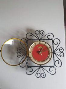 pendule  en fer forgé avec cadran rouge et doré