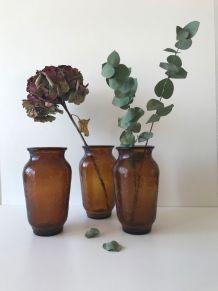 Suite de 3 vases en verre ambré Henkel