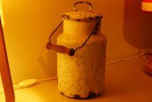 ancien bidon de lait en tôle émaillée