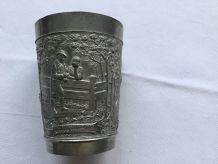 Gobelet en métal gravé