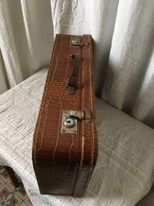 Valise en carton marron imitation croco.