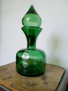 Carafe en verre moulé, de couleur verte avec bouchon bulbe