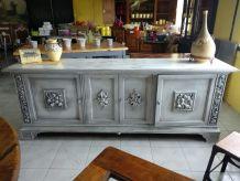 Buffet de style vintage avec 4 portes et étagère intérieure.