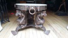 Table basse avec supports personnages, dessus granit