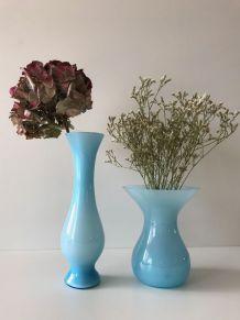 Lot de deux vases anciens en opaline bleue