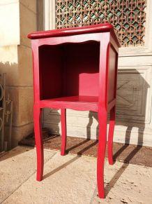 Table de chevet rouge