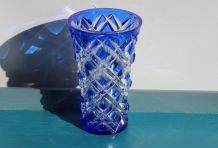 Petit vase en cristal ciselé bleu et transparent