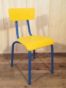 Chaise d'écolier jaune et bleu