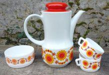 service à café en porcelaine tasses et ramequin en arcopal
