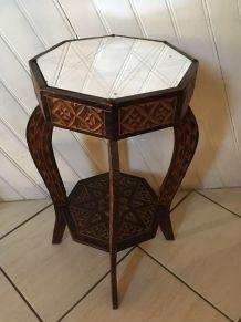 Guéridon octogonal en bois et miroir au style ethnique.