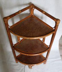 Table d'angle vintage en rotin et bambou.