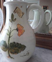 Elégant vase ou pichet à eau fait main.
