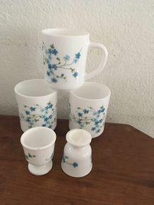 Trois mugs et deux coquetiers , arcopal Myosotis Veronica.