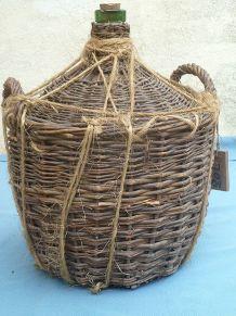 Dame-jeanne ancienne avec sa protection en osier