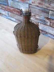 Ancienne gourde vide de pèlerin en verre et osier .