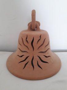 Grosse cloche en terre cuite ajourée en forme de soleil