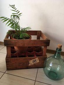 Authentique caisse Evian en bois porte-bouteilles.