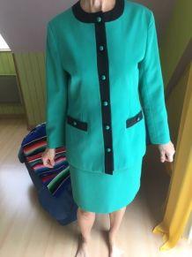 TAILLEUR VERT,belle coupe,longueur jupe 62 cms