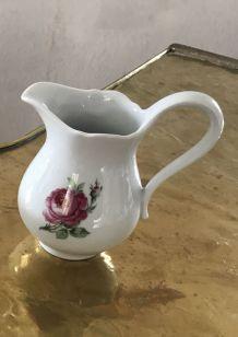 Petit pot à lait ancien en porcelaine