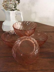 Quatre ramequins ou bols en verre rosé .
