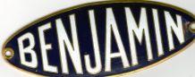 PLAQUE DE CALANDRE EMAILLEE AUTOMOBILE BENJAMIN