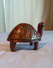 tortue bois peint et laiton inde vintage