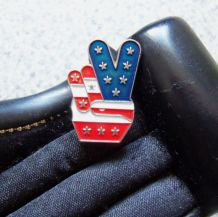 Pin's drapeau américain signe V