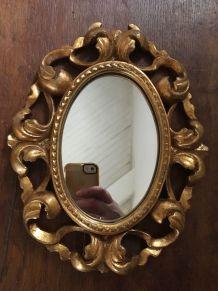 Petit miroir ovale style baroque.