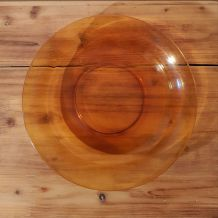 Assiette Vereco diamètre 28 cm,  l'assiette est rayée